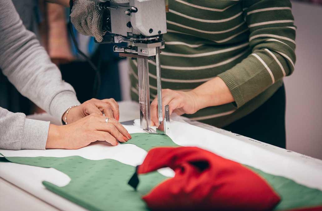 Servicios de confección textil a medida de Hazlan Irún. Descubre nuestros servicios de Corte y Confección textil personalizada.
