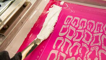 Serigrafía en Confección Textil. Realizamos Serigrafía para la Confección Textil personalizando todo tipo prendas para nuestros clientes.