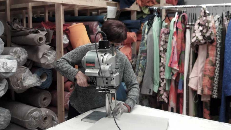 Corte en Confección Textil. Realizamos Corte en Confección Textil personalizando para los clientes cualquier prenda que quiera confeccionar.